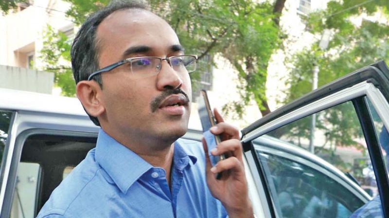 I-T official arrives at Vivek Jayaraman's house in T. Nagar.