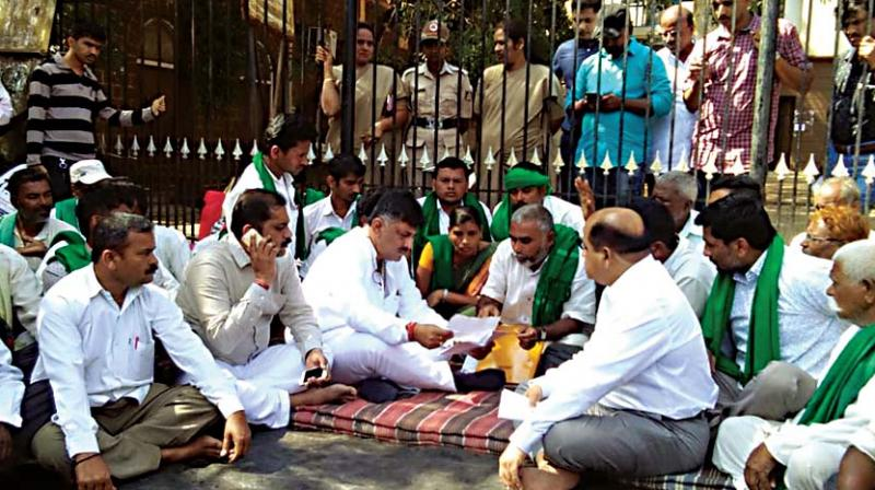 Water Resources Minister D.K. Shivakumar in conversation with agitating sugarcane farmers in Belagavi on Friday – KPN