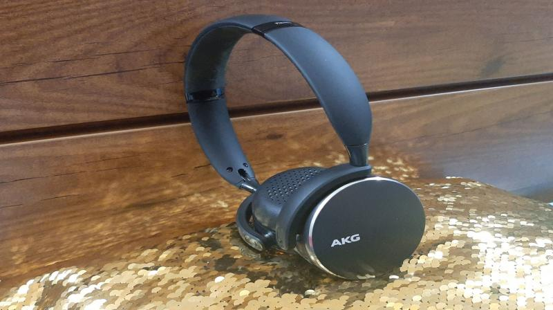 For starters, the AKG Y500 headphones are great to look at with a stylish metallic silver coloured rim around its earcups.