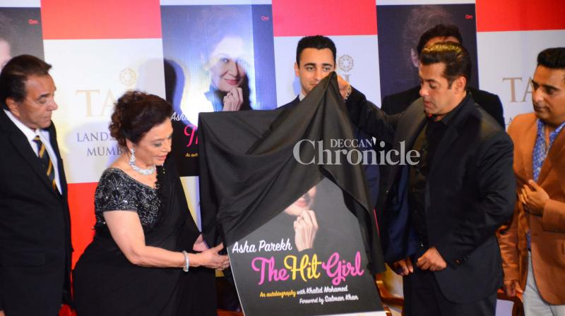Salman Khan and numerous other stars launched the autobiography, 'The Hit Girl' of yesteryear actress Asha Parekh in Mumbai on Monday. (Photo: Viral Bhayani)