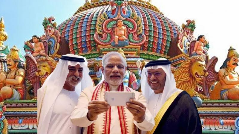 Indian Prime Minister poses for a selfie with Arabs on his last visit. (Photo:AP)