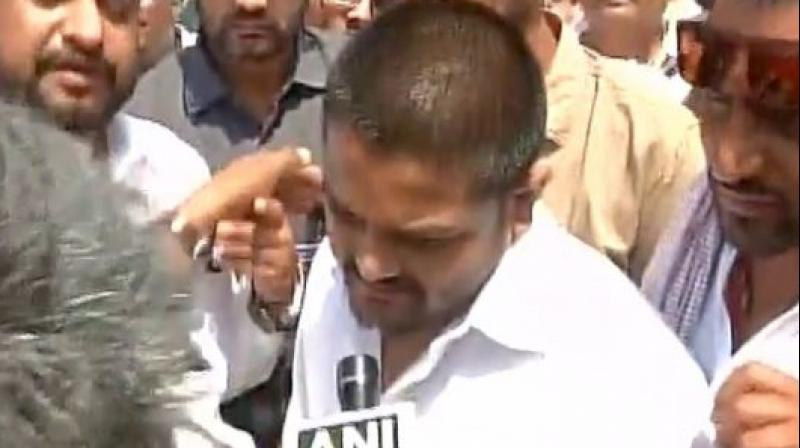Police arrest Hardik Patel in Neemuch district of Madhya Pradesh when he was heading to Mandsaur to meet the kin of the farmers killed in police firing. (Photo: ANI   Twitter)