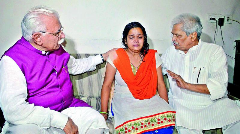 Haryana Chief Minister Manohar Lal Khattar consoling the mother of Pradyumna in Gurugram on Friday. (Photo: PTI)