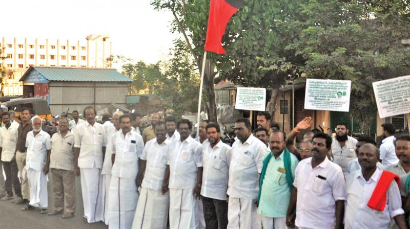 Members of opposition parties form human chain in Nagapattinam on Sunday.  (DC)