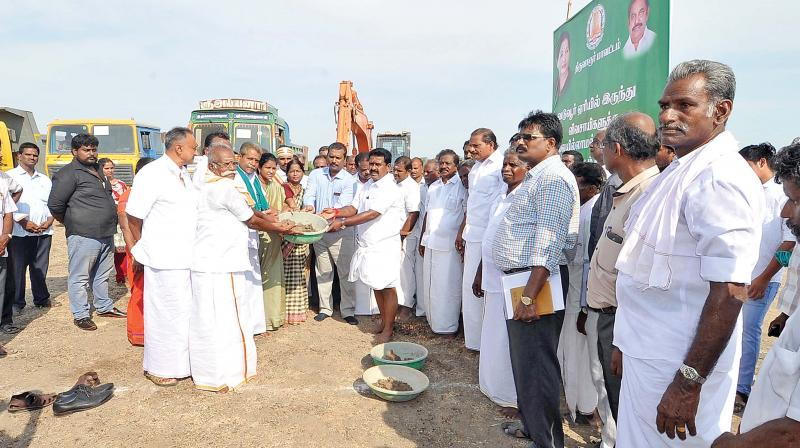 R. Kamaraj, food minister inaugurate distribution of silt and clay to farmers from Vaduvur lake near Mannargudi on Thursday. (Photo: DC)