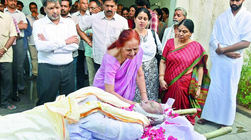 Artist Surya Prakash's wife mourns over the death of her husband before his last rites were performed at Mahaprastanam cremation grounds in Hyderabad on Wednesday. (Photo:  Pavan)