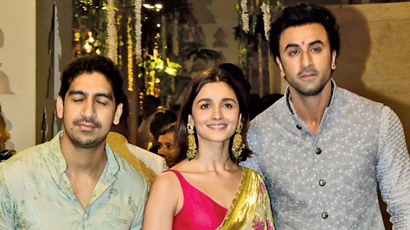 Alia Bhatt hugs beau Ranbir Kapoor at Akanksha Ranjan`s party, pic goes viral