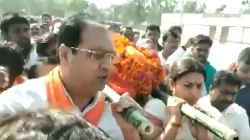 BJP leader Smriti Irani lent a shoulder to mortal remains of Surendra Singh (Photo: Twitter)
