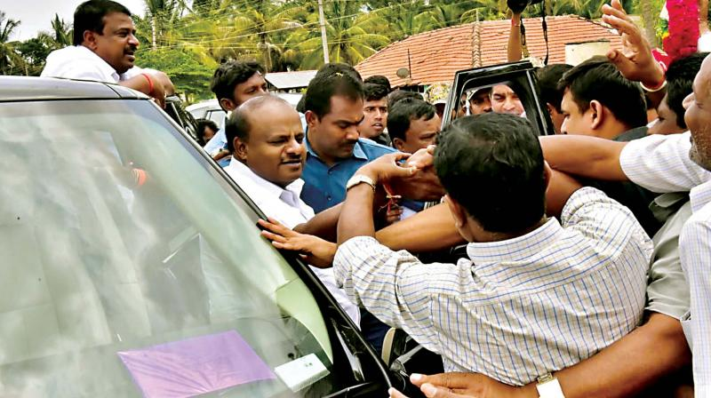 Chief Minister H.D. Kumaraswamy is welcomed by his supporters at Channarayapatna taluk in Hassan on Thursday (Photo:  KPN)