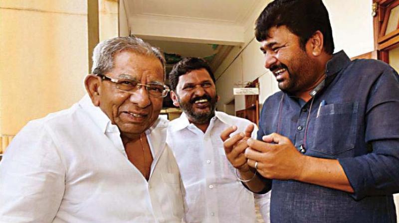 A file photo of Veerashaiva Mahasabha president Shamanur Shivashankarappa and Vinay Kulkarni who are in rival camps on the religion status issue