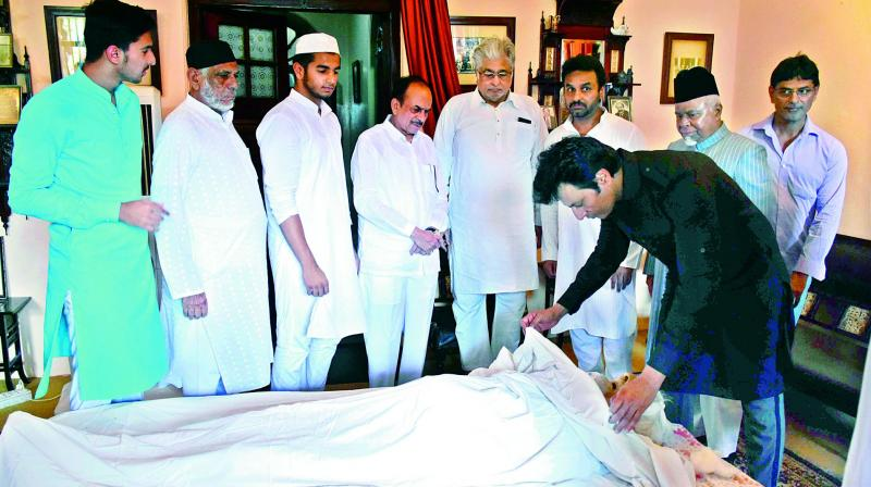 Family and admirers pay their last respects to  Dr Hasanuddin Ahmed who passed away at his residence on Tuesday.