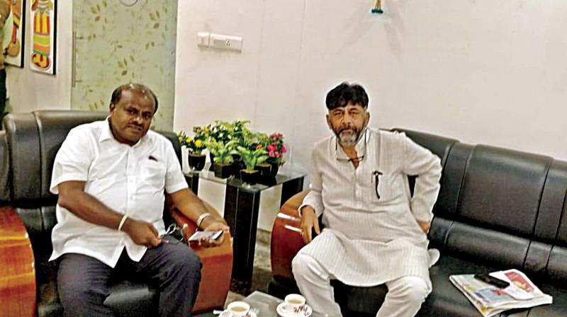 Janata Dal (S) leader H.D. Kumaraswamy (L) and Congress leader D.K. Shivakumar at Hubballi  airport on Monday (Photo: DC)