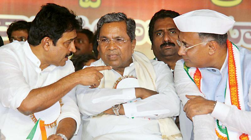 KPCC's newly-appointed president Dinesh Gundu Rao (R) with former chief minister Siddaramaiah (C) and AICC general secretary, incharge of Karnataka, K.C. Venugopal in Bengaluru on Wednesday. (Photo:DC)