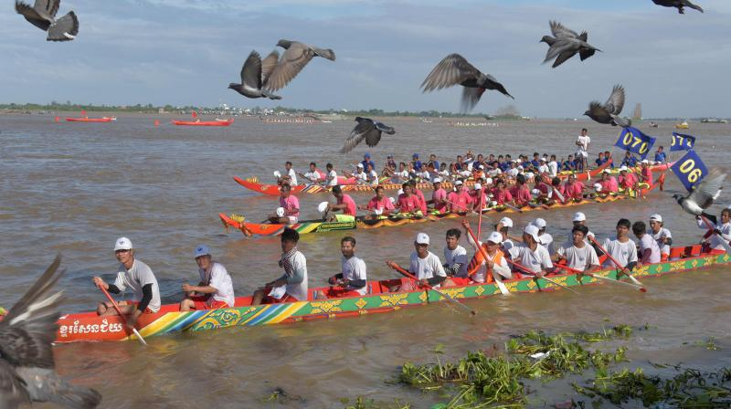 Tens of thousands of Cambodian spectators flocked to the riverfront in the capital Phnom Penh on November 2 to watch the boat races as the country celebrates the annual water festival.(Photo: AFP)