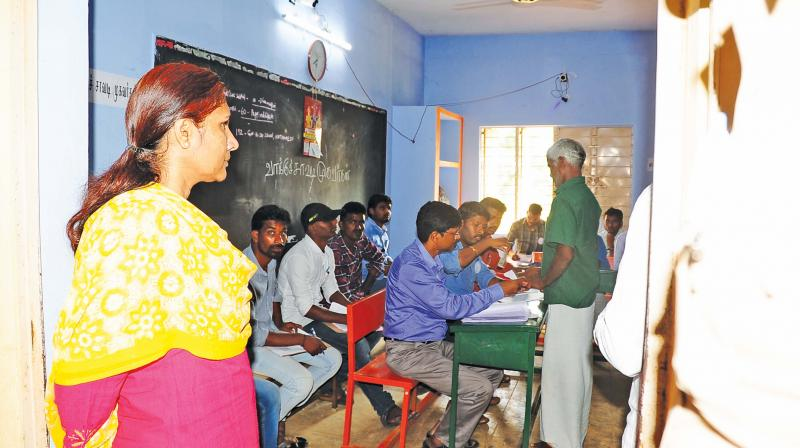 >>>>>>>> Dharmapuri collector S.Malarvizhi reviews the polling at a booth in Nathamedu.(DC)