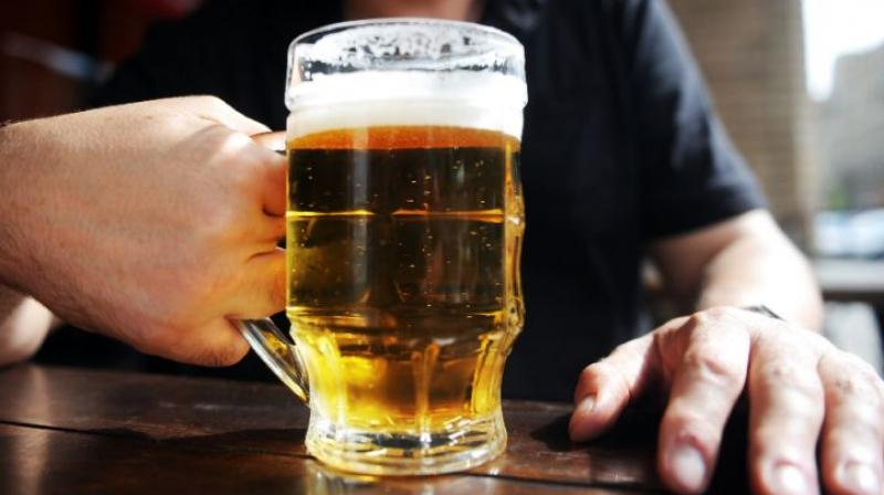 The study says that men who have a small regular drink are less likely to be a flop than drunkards. (Photo: AFP)