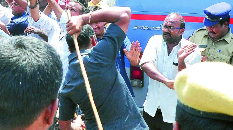 Policemen lathicharge TD activists at former chief minister Chandrababu Naidu's house on Friday. (Photo: DC)