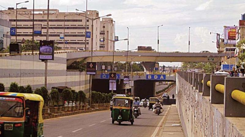 Efficient traffic handling at the start and end of this elevated bridge needs to be done. On the silkboard side, an elaborate road interchange was planned by bmrcl, but there has been no progress on that due to cost/tender issues. There are multiple conservative alternatives which govt can look at.