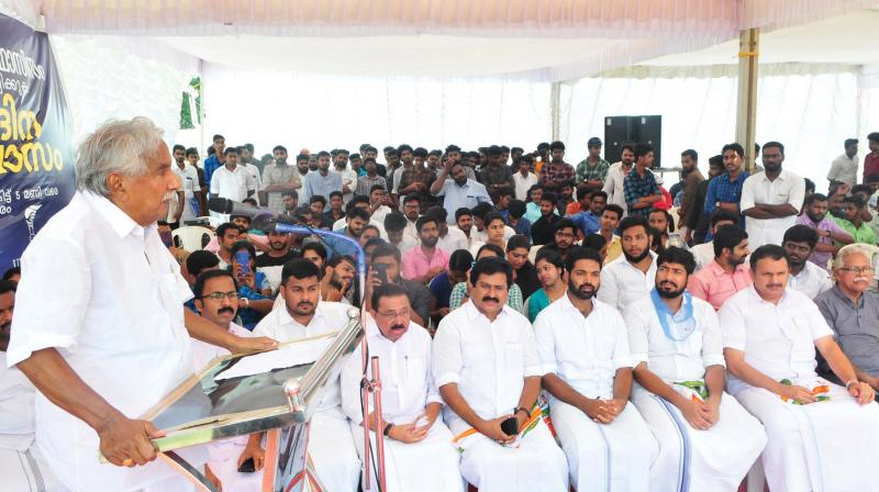 AICC general secretary Oommen Chandy inaugurates KSU state president K. M. Abhijith's day-long fast in front of Martyr's Square in Thiruvananthapuram on Saturday, Also seen are Congress MLAs K. Muraleedharan and V. S. Sivakumar and former KPCC president M. M. Hassan  (Photo: A.V.MUZAFAR)