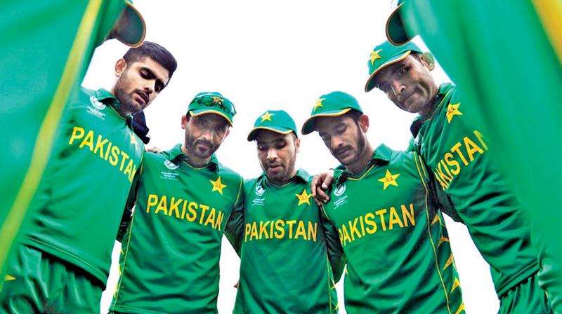 Pakistan players in a  huddle. (Photo: ICC)