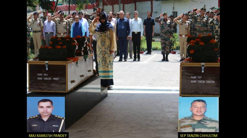 Jammu and Kashmir Chief Minister, Mehbooba Mufti, and Chinar (15) Corps Commander, Lt. Gen. JS Sandhu, and jawans paying homage to Major Kamlesh Pandey and sepoy Tanzin Chhultim at a wreath-laying ceremony held in Srinagar. (Photo: DC)
