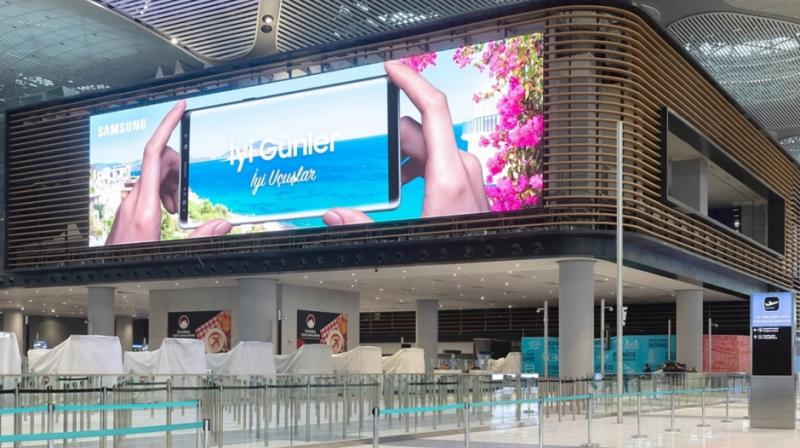 Samsung installs the world's largest indoor airport LED signage