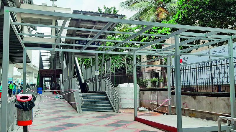 HMRL has decided to set up kiosks and lease them for commercial activities which will reduce the footpath space. This will force pedestrians to walk on busy roads.