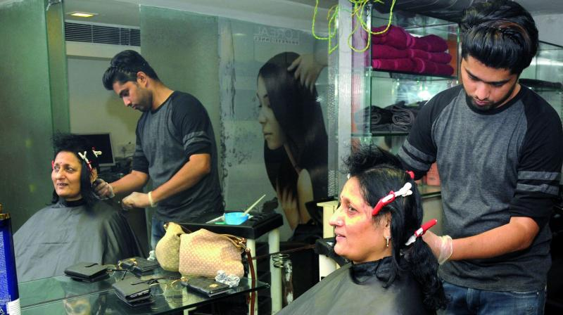 Hair care expert Shantanu treating Anjali Kedia's hair.