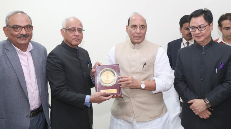 The Union Home Minister, Shri Rajnath Singh presenting a memento to Shri Rajinder Khanna, who retired as the Secretary (R) on December 31, 2016, at a function, in New Delhi on January 01, 2017. (Photo: PIB)