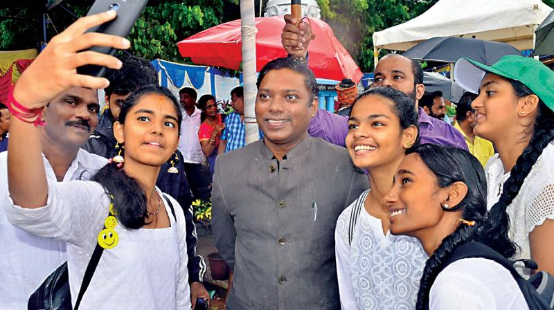 Dakshina Kannada DC Sasikanth Senthil who tendered resignation from the IAS on Friday seen with students (File photo)  (KPN)