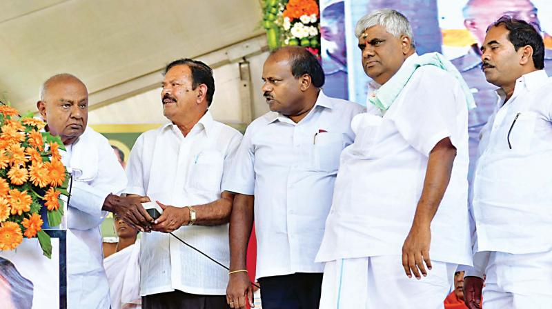 JD(S) supremo H.D. Deve gowda, CM H.D. Kumaraswamy and minister H.D. Revanna inaugurate development works at Arkalgud in Hassan on Tuesday – KPN