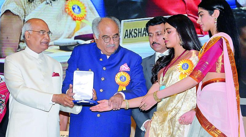 President Ram Nath Kovind conferred the Best Actress Award on Sridevi (posthumously). The award was received by her husband Boney Kapoor and daughters Janhvi and Khushi, in New Delhi.