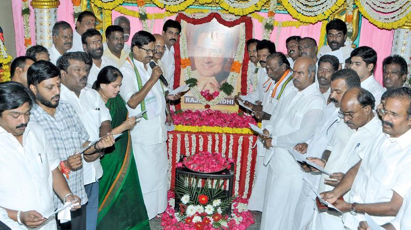 TNCC president K.S. Alagiri pays floral tributes to former Prime Minister Rajiv Gandhi on his 75th birth anniversary in Chennai on Tuesday. (Photo: DC)