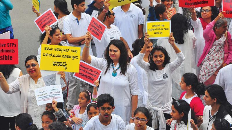 Bengaluru Apartment's Federation members form a human chain protesting against BWSSB at JP Nagar in Bengaluru on Saturday. (Photo: Satish B)