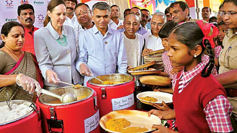 Agriculture Minister Krishna Byre Gowda and AkshayaPatra Foundation Vice Chairman, Chanchalapathi Dasa at the launch of millets in the mid-day meal scheme by the Foundation in Bengaluru on Friday