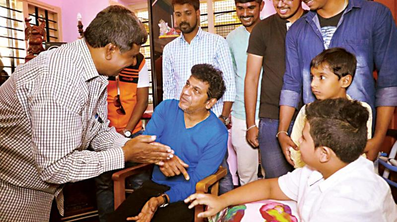 Sandalwood actor Shivrajkumar with Ullekh, a fan who met with an accident recently (Photo:DC)