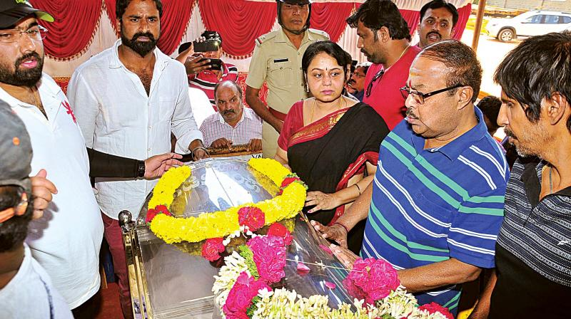 Family members of actor-director Kashinath on Thursday in Bengaluru.  (Photo:DC)