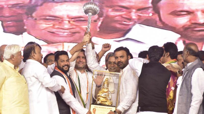 Chief Minister Siddaramaiah and state Congress leaders present a mace and a momento to party president Rahul Gandhi at Hosapete in Ballari district on Saturday.  (Photo:DC)