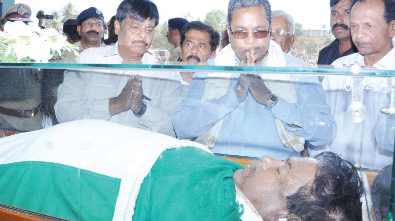 Chief Minister Siddaramaiah and others pay their last respects to MLA and farmer leader K.S. Puttannaiah who passed away in Mandya on Sunday. (Photo:KPN)