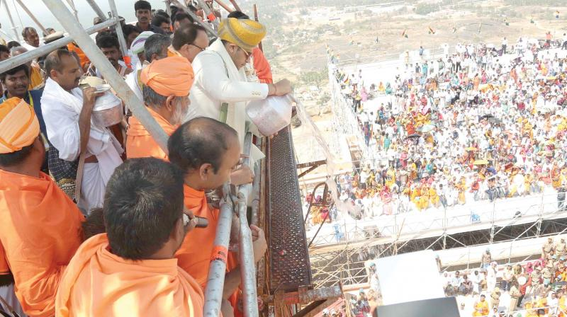 Mysuru scion Yaduveer Krishnadatta Chamaraja Wadiyar performs Mahamastakabisheka at Sharavanabelagola on Friday. (Photo:DC)