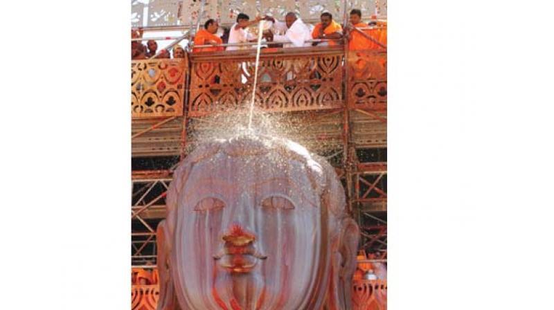 JD(S) supremo H.D. Deve Gowda performs ksheerabisheka to Babhubali at Shravanabelagola on Saturday. (Photo:KPN)
