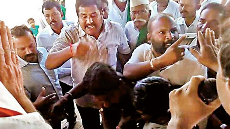 BJP workers argue with farmers agitating for early implementation of Kalasa-Banduri project, at Nargund on Sunday