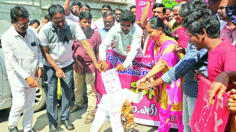 RTC employees and activists of Left parties burn an effigy of Chief Minister K. Chandrasekhar Rao in protest against lathicharge on RTC employees during the 'Chalo Tank Bund' programme, near Charminar crossroads on Sunday.  (Photo: Gandhi)