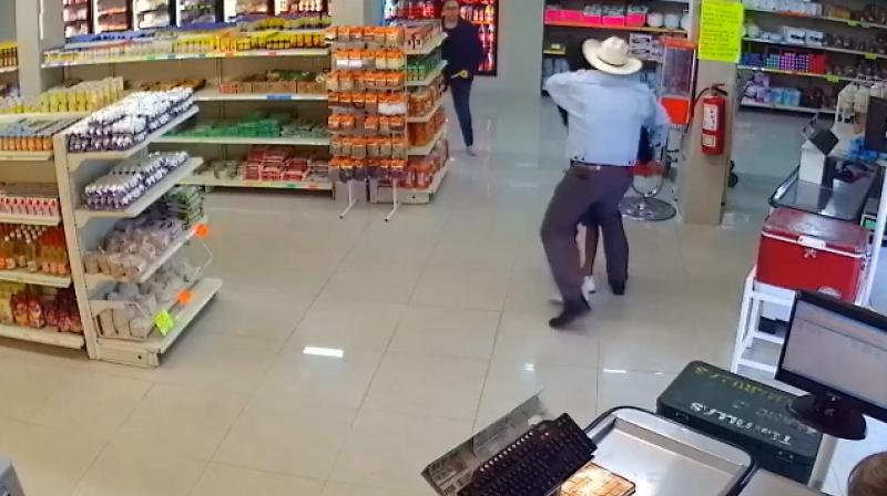 Cowboy comes to the rescue to stop armed robbery in butcher shop. (Photo: Facebook / Asalto frustrado - Video Screengrab)