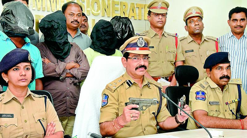 Warangal police commissioner V. Ravinder shows the pistols recovered from the gang. (Photo: DC)