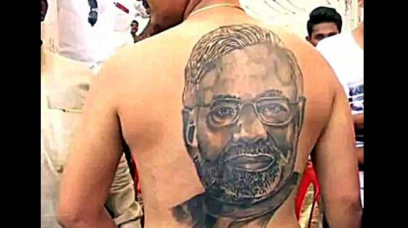 Modi fan Karnataka man gets tattoo of PM\u0027s face on his back