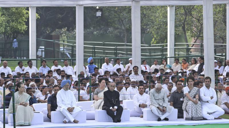 From right, Congress Party President Rahul Gandhi, his sister and party general secretary Priyanka Gandhi Vadra, former Vice President Hamid Ansari, former Indian president Pranab Mulherjee , former Indian prime minister Manmohan Singh and United Progressive alliance chairperson Sonia Gandhi at a function to pay homage to former Indian prime minister Rajiv Gandhi on his death anniversary in New Delhi. (Photo: AP)