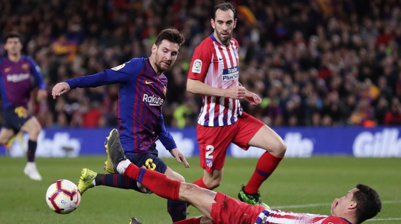 Atletico produced a gutsy second-half display, expertly shackling Barca, but the Catalans finally found a way past the visitors' outstanding goalkeeper Jan Oblak with a superb curling shot from Suarez in the 85th minute. (Photo: AP)
