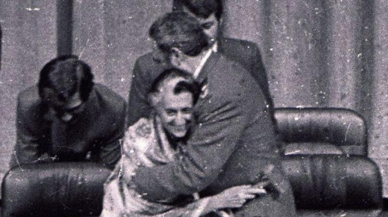 Fidel Castro hugging Indira Gandhi in 1983 in New Delhi (Photo: Congress archives)