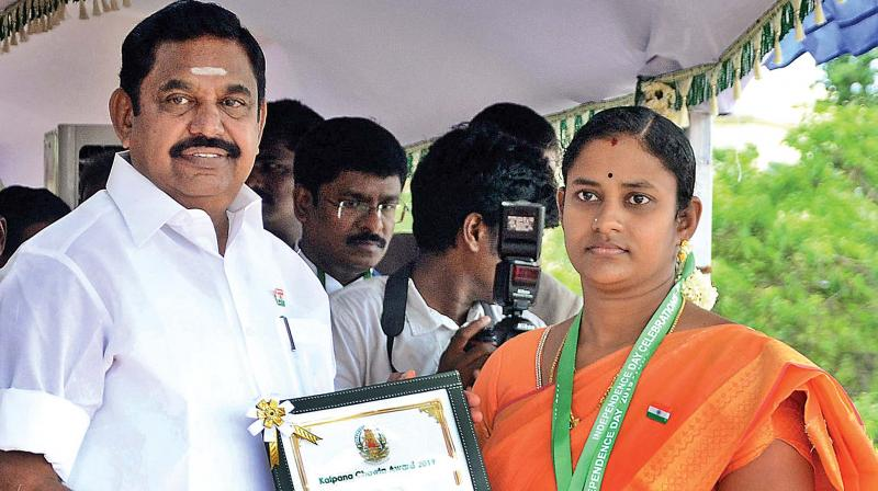 Chief Minister Edappadi K. Palaniswami presenting the Kalpana Chawla award to P.Ramyalakshmi, assistant director of fisheries, for her brave action against the use of banned purse seine nets and thereby protecting marine resources and ensuring sustainable livelihood of traditional fishermen in Cuddalore. The award carries a medal, a cheque for `5 lakh and a citation. (Photo: DC)